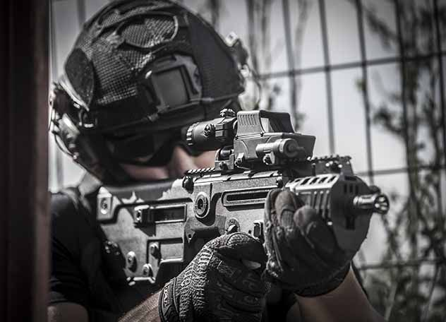 The MEPRO MX3 magnifying scope attaches to any standard MIL-STD-1913 Picatinny Rail behind a reflex sight, by means of a quick release adapter. In adverse situations it can also be attached behind the regular metal sights. Meprolight