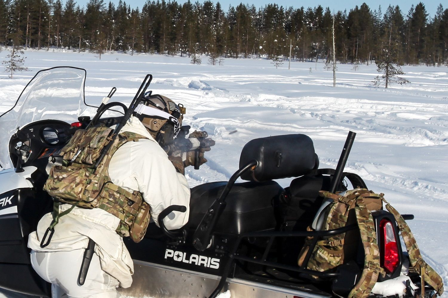 A US Army 10th Special Forces Group (Airborne) soldier provides cover fire during a live fire training scenario in Rovaniemi, Finland. (Photo: US SOCEUR)